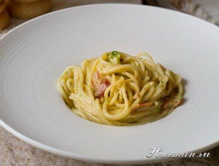 Спагетти со сливками, беконом и брокколи